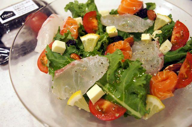 オイシックス お試しセットに入っていた ケールとトマトとツナで作ったサラダ