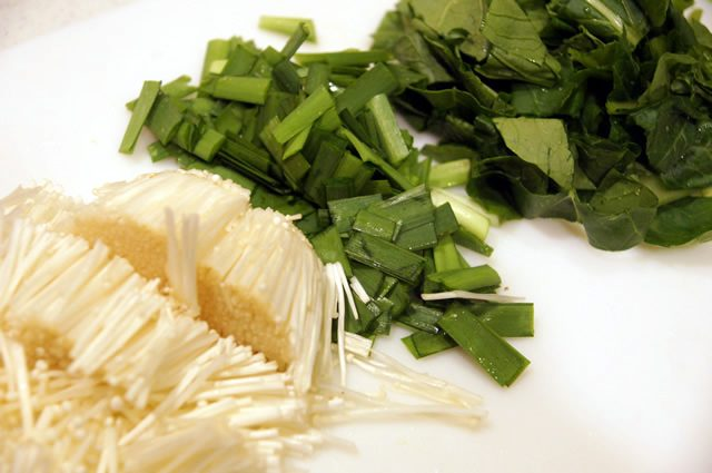 キットオイシックス(kit oisix)のミールキット「ジューシーそぼろと野菜のビビンバ」下準備のため野菜をカット