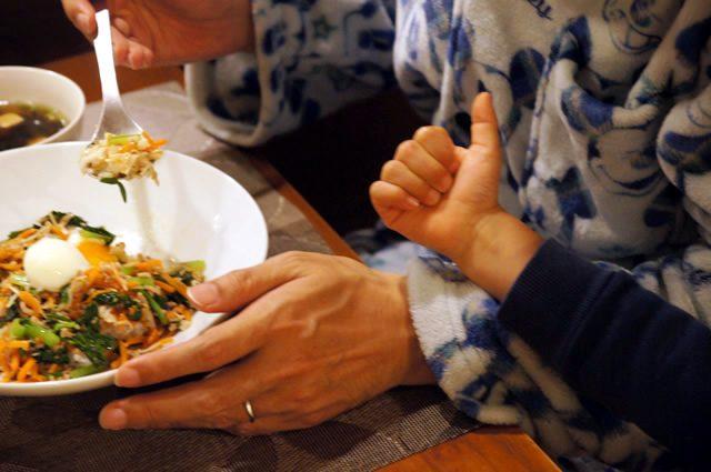キットオイシックス(kit oisix)のミールキット「ジューシーそぼろと野菜のビビンバ」をおいしく食べる子供と夫