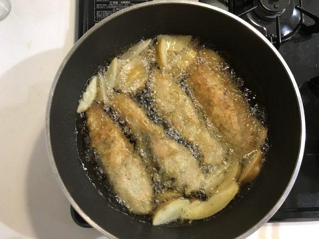 ヨシケイ夕食ネットキットde楽メニュー秋鮭のチーズソテー調理風景