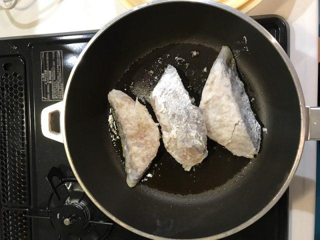 ヨシケイ夕食ネット日替わり白身魚となすのおろし煮メニュー調理風景横上から