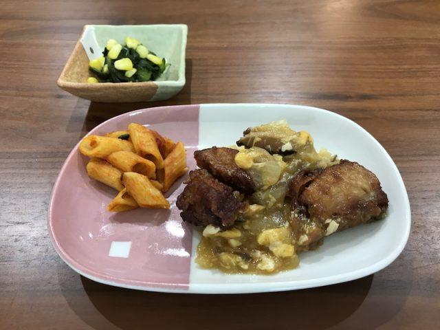 ヨシケイ夕食ネット楽らく味彩鶏肉の玉子とじ調理後盛り付け正面の写真