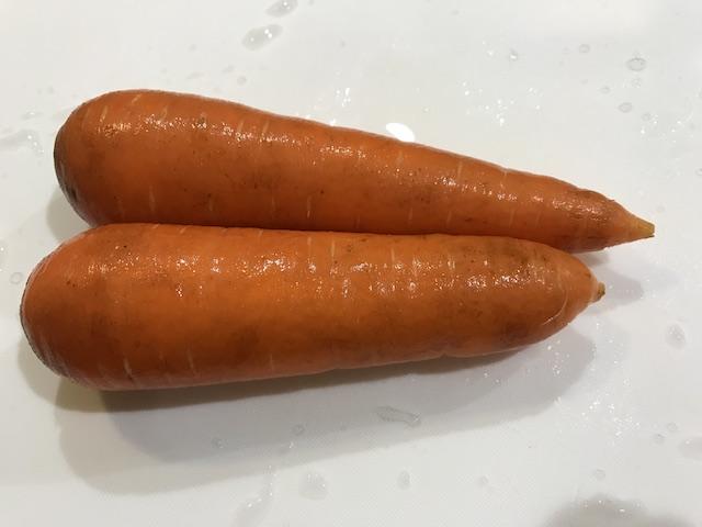 大地を守る会お試しセット野菜果物7品人参洗った後の写真