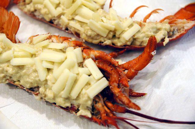 テイスティーテーブル tastytable 特別メニュー オマールエビにベシャメルソースとチーズを乗せる