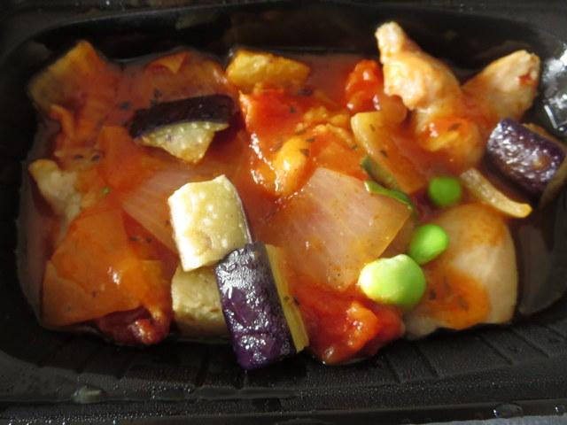 イオン トップバリュ 冷凍弁当 鶏肉のトマトソースがけ チンした後 トマトソース部分のアップ