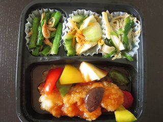 nosh(ナッシュ) 白身魚の甘酢あんかけ、チンゲン菜の粒マスタード、アスパラの桜えびきんぴら、いかともやしのゴマ醤油和え