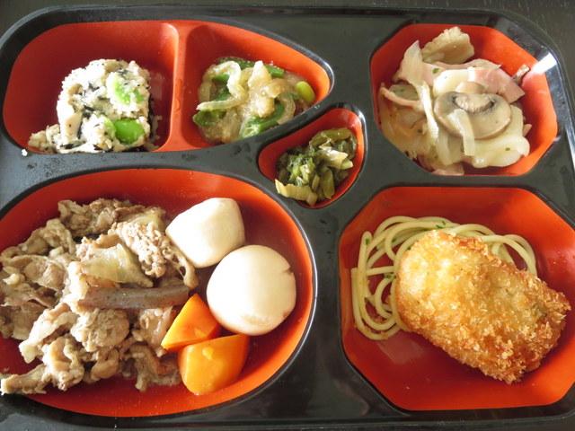 ワタミの宅食 まごころおかず 牛肉と里芋の煮物・アジ梅しそフライ・きのこと野菜のガーリックソテー・卯の花・いんげんと玉ねぎのごま炒め・漬物