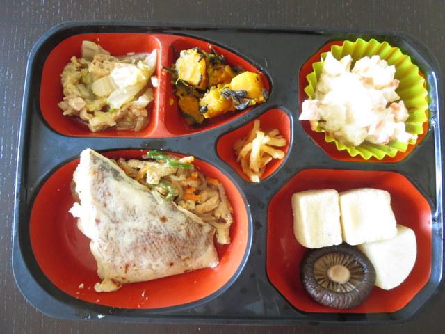 ワタミの宅食 2食目:白身魚の西京焼き・こうや豆腐の炊き合わせ・マカロニ入りポテトサラダ・白菜と薄揚げの和え物・南瓜とひじきの甘煮・漬物