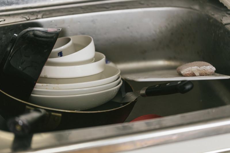 食器洗いが必要な食器が残っている画像